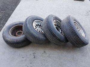 4 mags 8 trous 16 pouces American Racing avec pneus 265/75R16