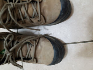 2 pairs of safety shoes