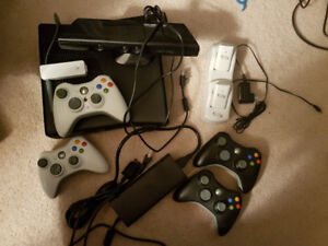 XBox 360 S Model 1439 - 250GB + 4 Controllers + Kinect + 2 Batts