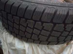 4 pneus hiver 215/65r16 comme NEUFS / Winter tires like new