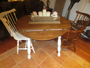 TABLE RONDE EN BOIS DE STYLE SHABBY CHIC+ 2 CHAISES WINDSOR
