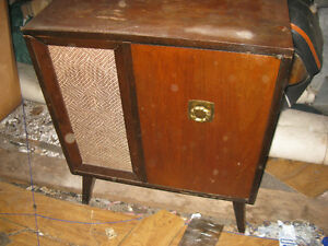 ANTIQUE PHONOGRAPH AND RADIO