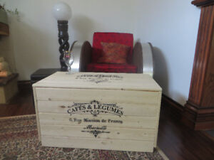 Antique / Vintage -style Coffee Table / Chest / Coffre Table bas