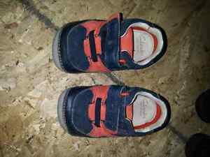 Boys size 4 wide shoes