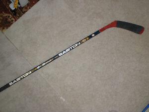 Bâton de hockey droitier Easton Junior