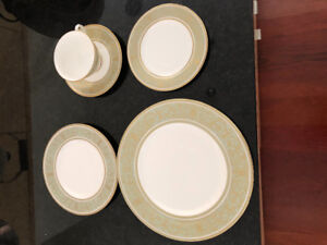 8 Place Settings Royal Doulton China  (40 pieces)