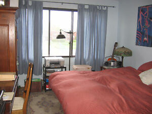Large Furnished Master Bedroom, Beaconsfield Townhouse, Parking!