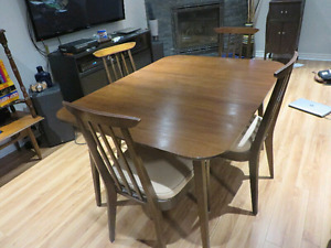 Mid-Century Modern Table and Chairs/ Table et Chaises Vintage