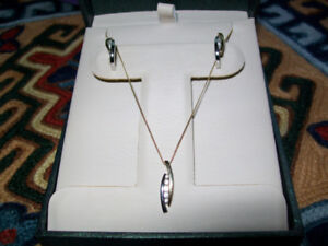 WHITE & YELLOW GOLD DIAMOND EARRINGS & NECKLACE SET / 10 KT.