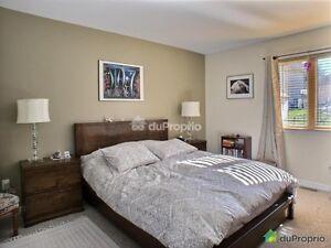 Grand lit + tables de nuit/Queen size bed + 2 bedside tables