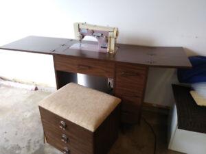 Machine à coudre avec meuble et banc de rangement