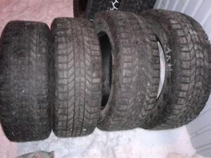4 pneus d'hiver de 16 pouce Winterforce et 4 pneus hiver clouté