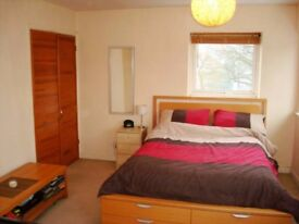 Beautiful Spacious Rooms minutes away from Stratford!!!