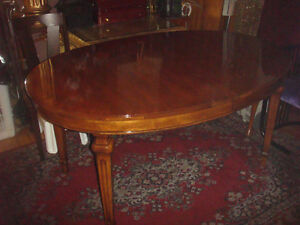 BEAUTIFUL VINTAGE SOLID WALNUT DINING TABLE (2 EXTRA LEAFS)