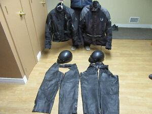 manteau, chaps et casque pour moto