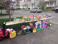 Lot de jouets et d'autres à vendre : fermeture de garderie