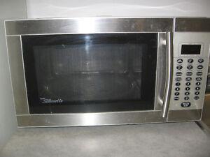 Micro-ondes Danby en acier inoxydable