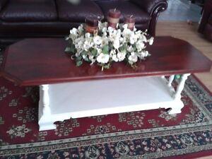 On casse maison.  3 belles tables de salon Roxton en bois massif