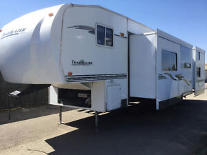 Immaculate Fifth wheel with bunks +Thermal max package