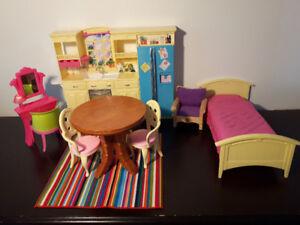 BARBIE (Cuisine, maquilleuse, lit, table et chaises)
