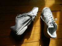 New Balance Womens Leather Running Shoes Size 41/9.5