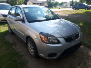 2011 KIA RIO5 - FULLY LOADED (EXCEPT FOR LEATHER SEATS)