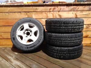 4 pneus sur mags (P205/65R15)