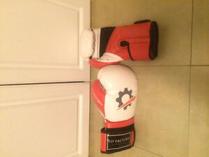 Like new adjustable 16 oz boxing gloves
