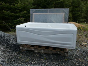 USED 5 ft ACRYLIC MAAX TUB/LEFT-HAND DRAIN
