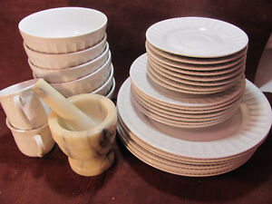 vaiselles pour 8 et mortier-dishes 8 and spices mil in marble