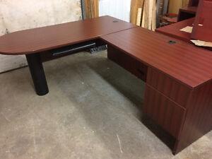 Beau bureau en ''L'' -- Nice ''L'' shape desk West Island Greater Montréal image 1