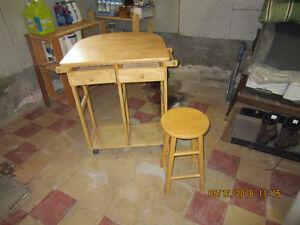 Joli petite table de cuisine en bois massif