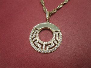 Belle chaine avec breloque Versace en or 10k