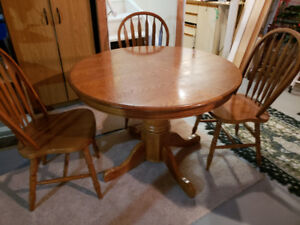 Round Kitchen  Table with 4 Chairs and Leaf included.