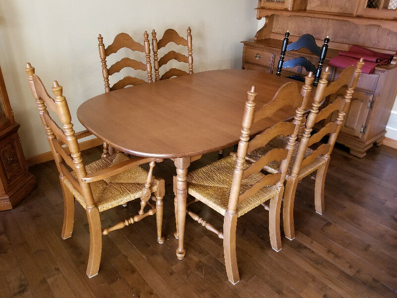 Description Gorgeous Vilas Manufactured Solid Maple Dining Room Table Chairs