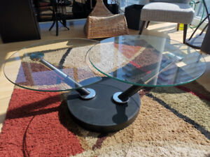 Round coffee table with sleek expansion