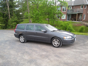 2007 VOLVO   V70 all wheel drive call or text  613 322 9264