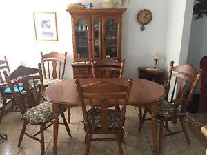 Mobilier de salle à manger, 6 chaises et buffet en bois.