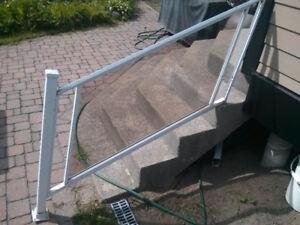 Garde corps pour balcon, aluminium et verre trempé