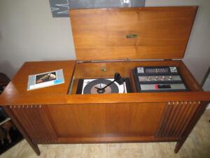 Table tournante, radio AM/FM  RCA VICTOR des années 1950.