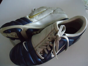SIZE 9 - NIKE 90111 Soccer/Baseball Cleats