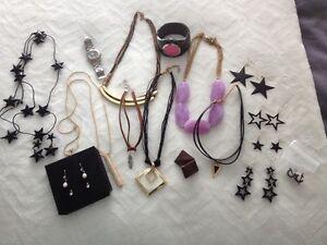 Divers bijoux (chocker, montre, collier, boucle d'oreille)