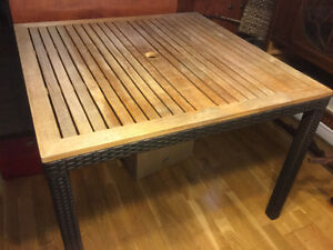 Table de patio en bois et rotin