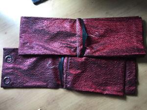 **Deux (2) Rideaux rouges panneaux 50x84 - 20$ pour les deux