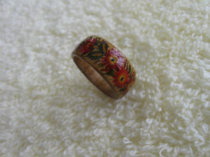 BEAUTIFUL VINTAGE SIZE 5 FLORAL BAND-STYLE WOODEN RING.