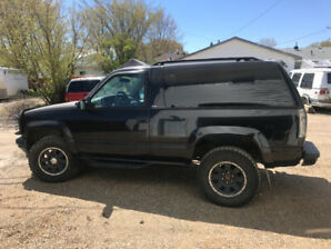 1995 Yukon 2dr 4x4, 5 spd black 200000km rare new tires safetied