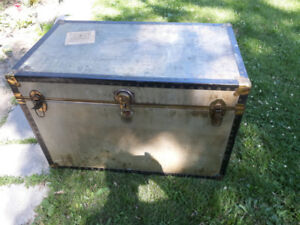ANTIQUE TRUNK(CHEST)This is a beautiful antique chest in mint c