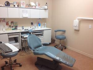 Magnifique salle opératoire dentaire avec chaise et cabinet