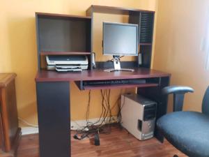 Meuble et chaise d'ordinateur