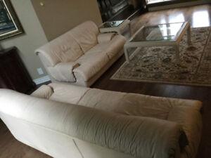 Sofa et causeuse, cuir v.ritabke souple, beige